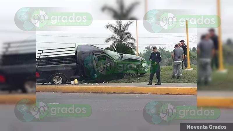 Volcadura de camioneta deja un lesionado en Nueva Italia