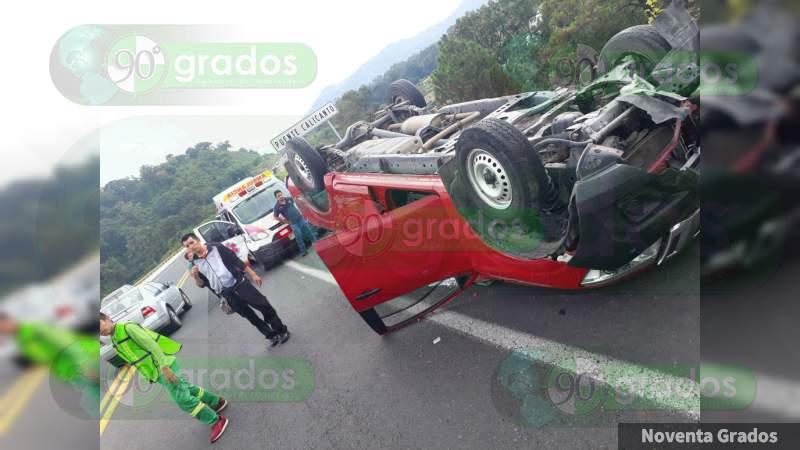 Cuatro heridos tras volcadura en la Siglo XXI, en Uruapan, Michoacán