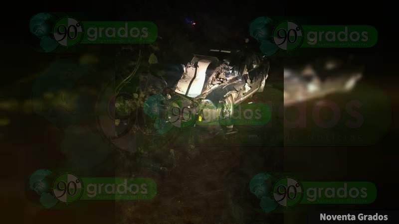 Tráiler impacta a un vehículo deportivo en la carretera Villa Madero-Carácuaro