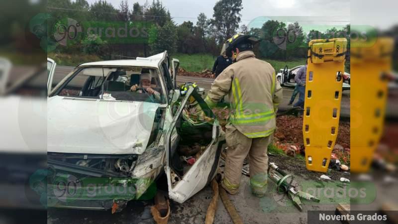 Accidente en la Siglo XXI deja una persona prensada en Pátzcuaro, Michoacán