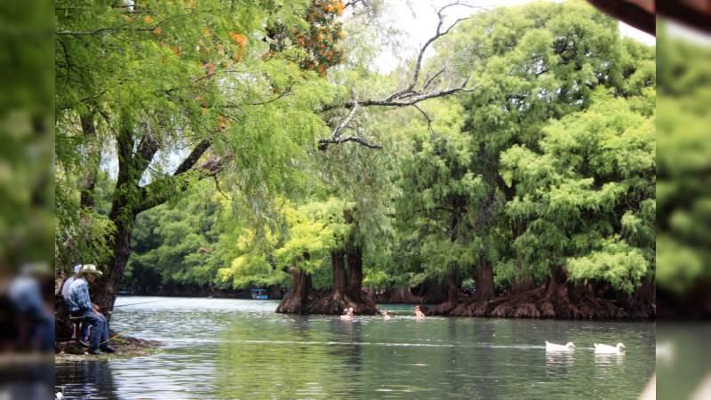 Lago de Camécuaro, el milagro michoacano azul turquesa que convida al amor
