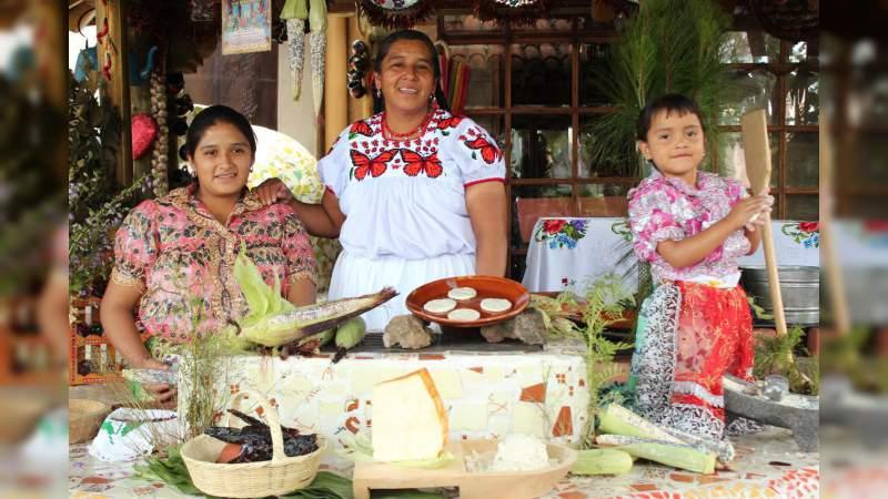 Disfrutan turistas cocina tradicional michoacana
