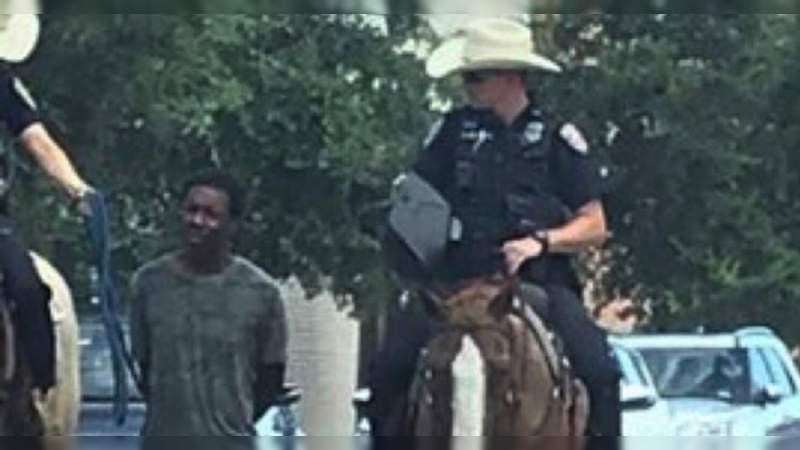 Policías amarran a un afroamericano y lo jalan con caballos