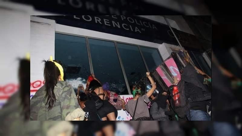 Feministas marchan contra la violencia de género, y realizan destrozos en la CDMX