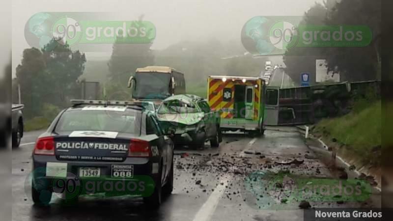 Choque entre vehículo compacto y tractocamión en La Huacana, Michoacán, deja un menor gravemente herido