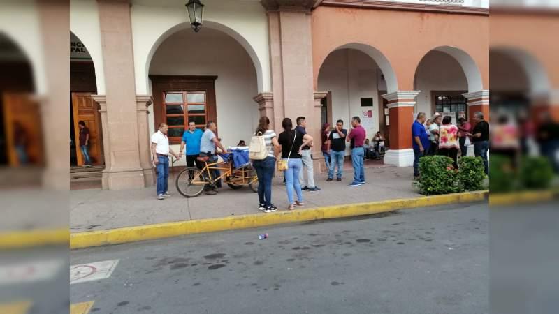 Por 2º día consecutivo, maestros toman Rentas y la Presidencia Municipal de Apatzingán, exigen pago de su quincena