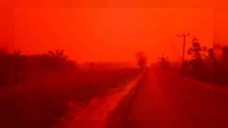 El cielo de Indonesia se tiñe de rojo