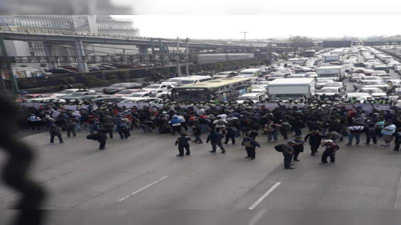 Taxistas bloquean el Aeropuerto Internacional de la Ciudad de México