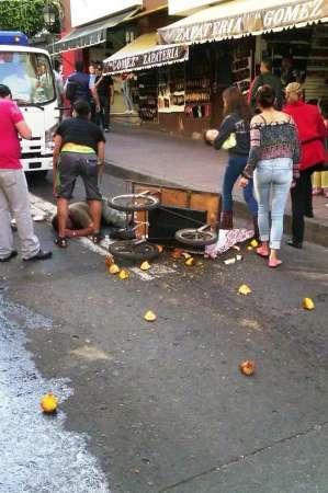Inspectores golpean y humillan a comerciante en Uruapan, Michoacán