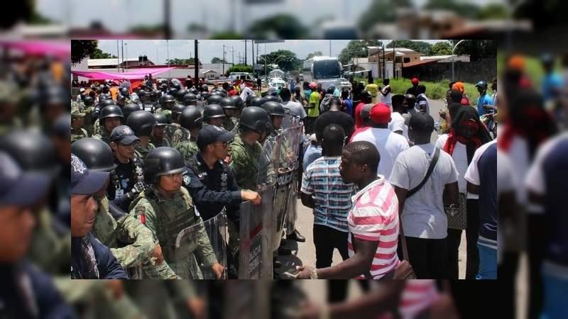 Se enfrentan migrantes africanos y elementos de la Guardia Nacional