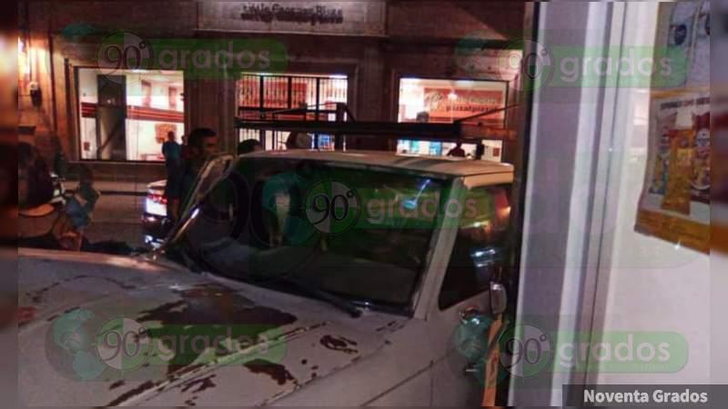 Ebrio sujeto se impacta contra un bar y un OXXO en Morelia, Michoacán, queda herido