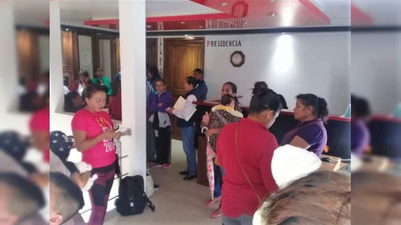 Se reúnen antorchistas de Senguio con edil municipal para revisar demandas estudiantiles