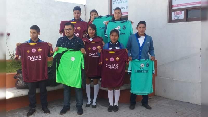Estudiantes del COBA extensión Tupátaro reciben uniformes deportivos