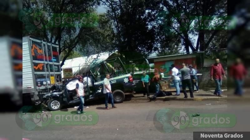 Patrulla se impacta contra moto y tráiler; hay 8 heridos graves en Uruapan, Michoacán