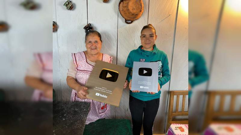 """Ángela de """"De mi rancho a tu Cocina"""" recibe reconocimiento de YouTube, orgullo michoacano"""