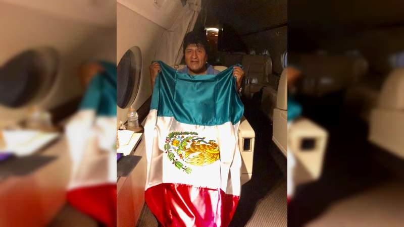 SRE comparte foto de Evo Morales en avión rumbo a México y con la bandera nacional