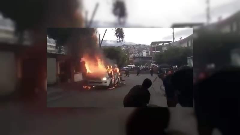 Hallan cadáver con narcomensajes e incendian combi en calles de Chilpancingo, Guerrero - Noventa Grados