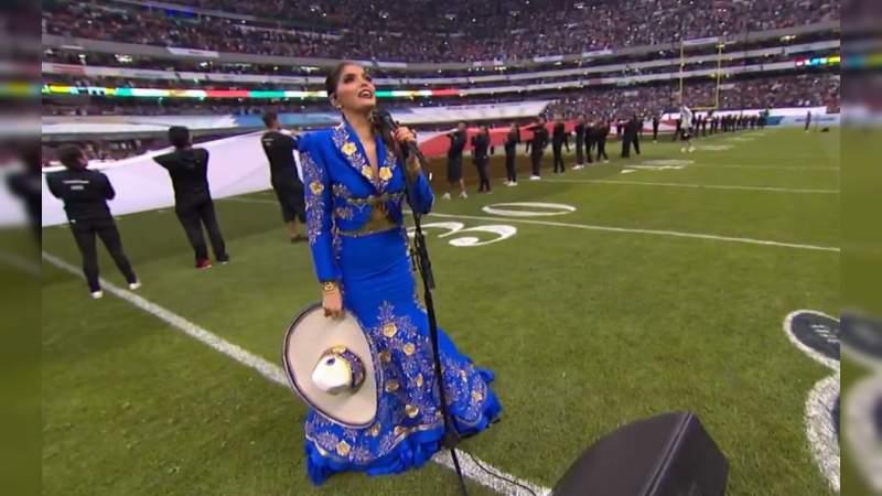 Ana Bárbara se equivoca al cantar el Himno Nacional Mexicano