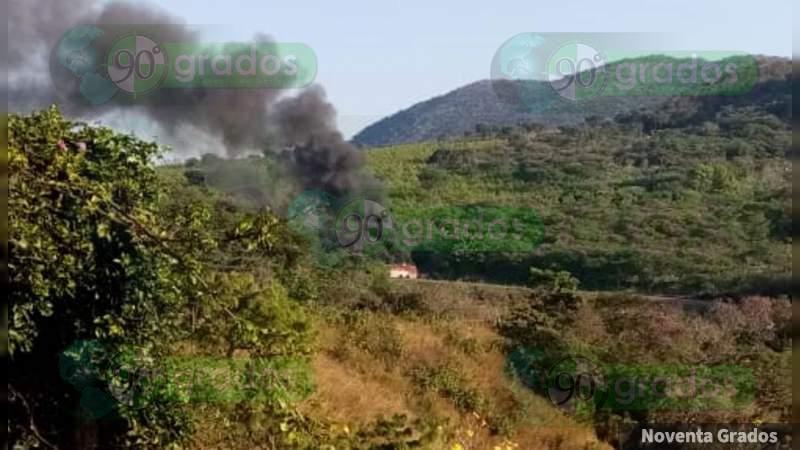 Cártel Jalisco irrumpe en Coalcomán, Michoacán: Tirotean casas y queman autobús; Tepalcatepec en alerta