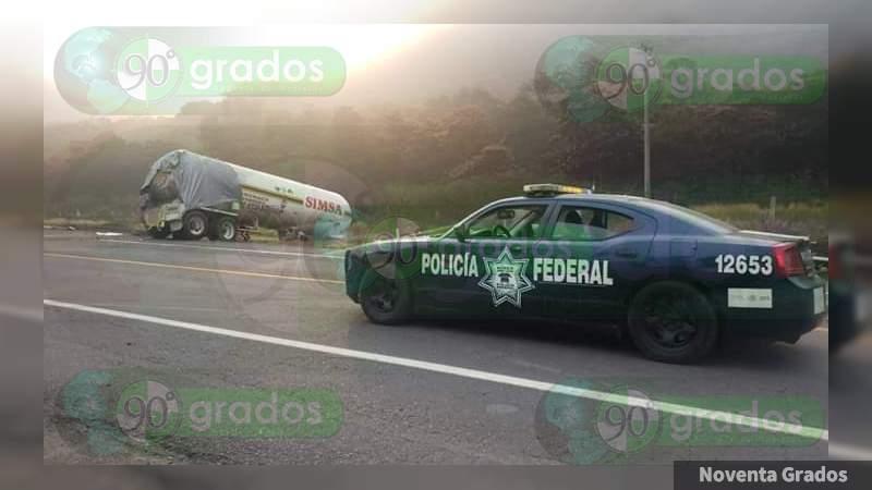 Cinco muertos y 21 heridos tras volcadura de pipa con amoniaco en la autopista Siglo XXI, en límites de Michoacán y Guerrero