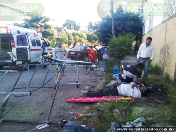 Gravemente lesionados pintores tras desplomarse andamio en Apatzingán, Michoacán