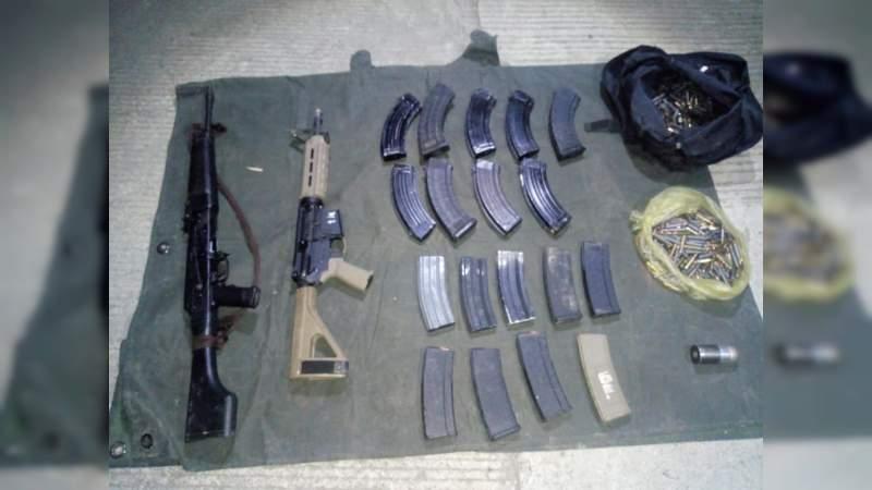Aseguran armas, cientos de balas, granada y autos, en límites de Michoacán y Colima