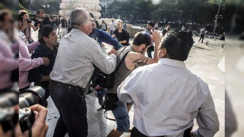 Condena AMLO violencia por pintura de Zapata en Bellas Artes