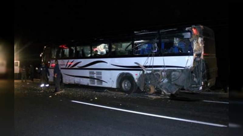 Autobús y camión chocan en la Autopista de Occidente: Hay 5 heridos y un muerto