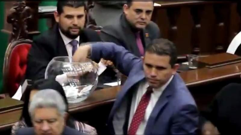 Evidencian a Marco Polo Aguirre y Javier Paredes de poner votos dobles en  elección del presidente de la CEDH - Noventa Grados - Noticias de México y  el Mundo