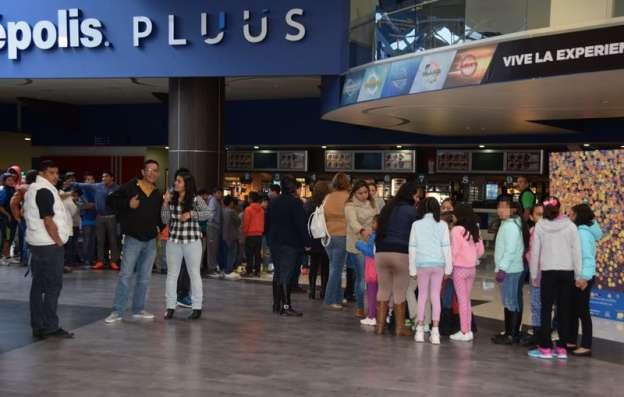 Niños y niñas de casas hogar disfrutan de función de cine