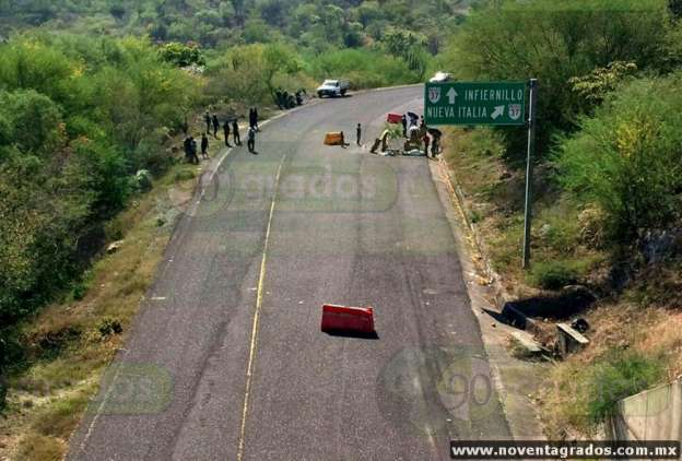 Localizan dos cadáveres maniatados en carretera de Arteaga, Michoacán