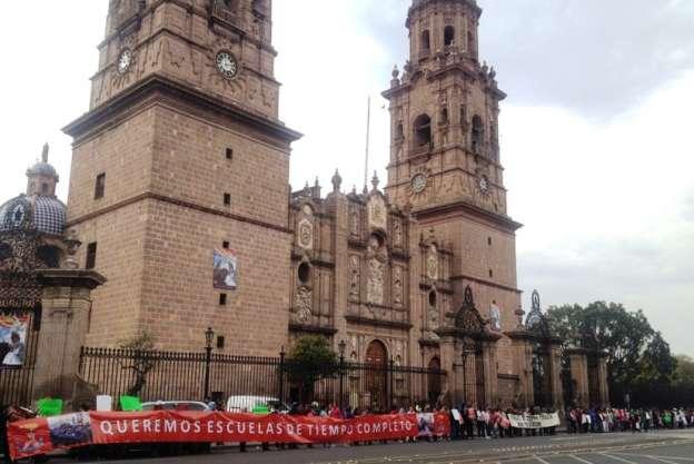 Forman cadena humana en Morelia para exigir solución a conflicto escolar