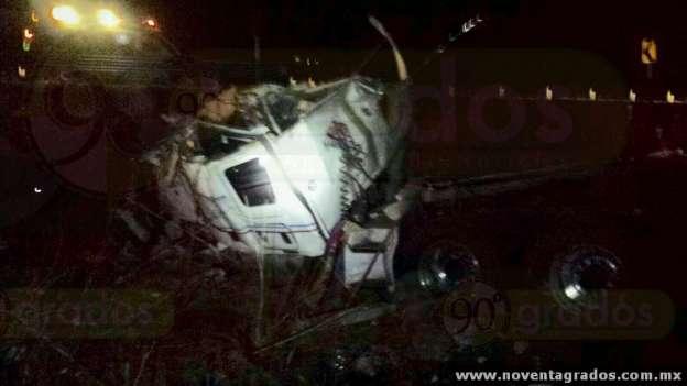 Muere transportista al volcar tráiler en Zamora, Michoacán