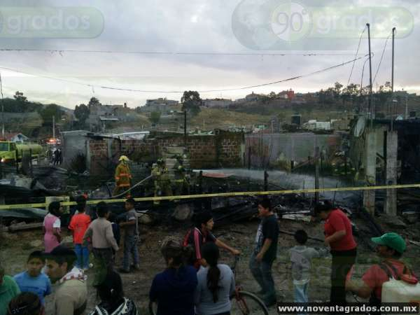 Incendio en Morelia consume cinco casas y un automóvil