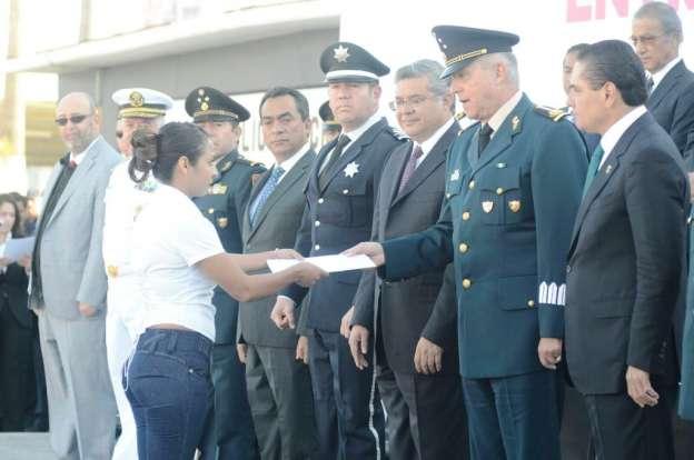 Silvano Aureoles entrega reconocimientos a ex policías y autodefensas de Michoacán
