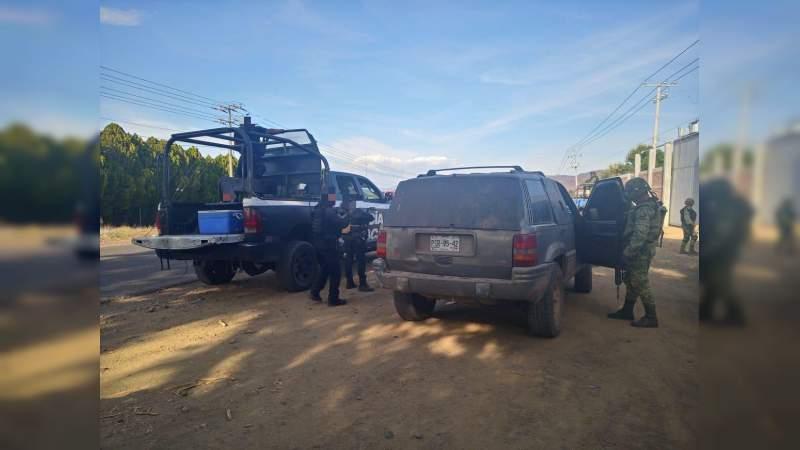 Aseguran camioneta con blindaje artesanal, en El Aguaje, Aguililla