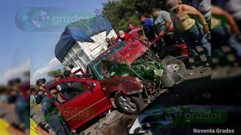 Muere camino al hospital, uno de los cuatro heridos en carambola en Buenavista, Michoacán