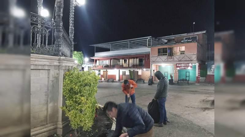 Trabajadores del ayuntamiento de Tingambato, realizaron limpieza en plaza y calles en fiestas patronales