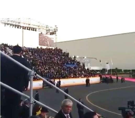 Fieles esperan arribo del Papa en el AICM