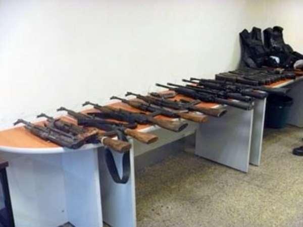 Decomisan 15 armas, munición y uniformes en casa de seguridad del Cártel del Golfo en Tamaulipas