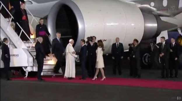 Peña Nieto recibe en el Aeropuerto al Papa Francisco