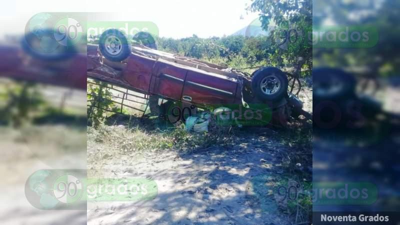 Vuelca camioneta con limoneros en Buenavista: Dos mujeres muertas y 15 heridos