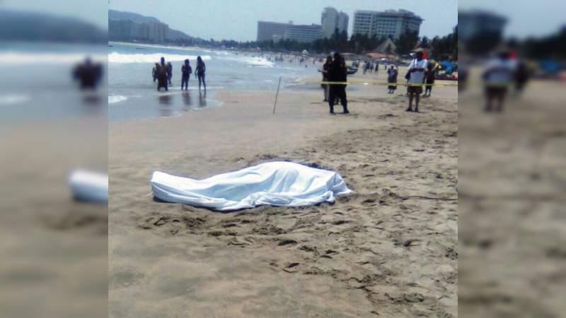 Hallan cuerpo flotando en una playa en Acapulco, Guerrero