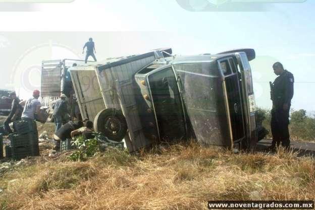 Vuelca camioneta que transportaba limón en Apatzingán, Michoacán