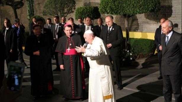 Papa sale de nunciatura para bendecir a feligreses