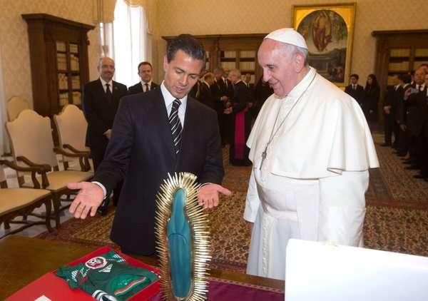 Regala Papa mosaico de la Virgen de Guadalupe al Presidente de México