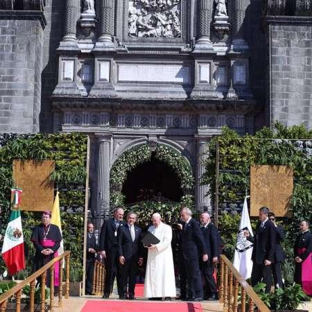 Miguel Ángel Mancera entrega al Papa Francisco la Llave de la Ciudad