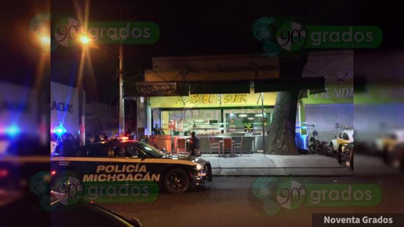 Resulta gravemente herido al ser baleado mientras cenaba hamburguesas en Uruapan, Michoacán