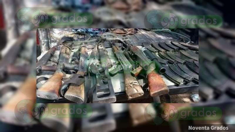 Asegura la Sedena y la SSP arsenal y camioneta robada en Aguililla, Michoacán