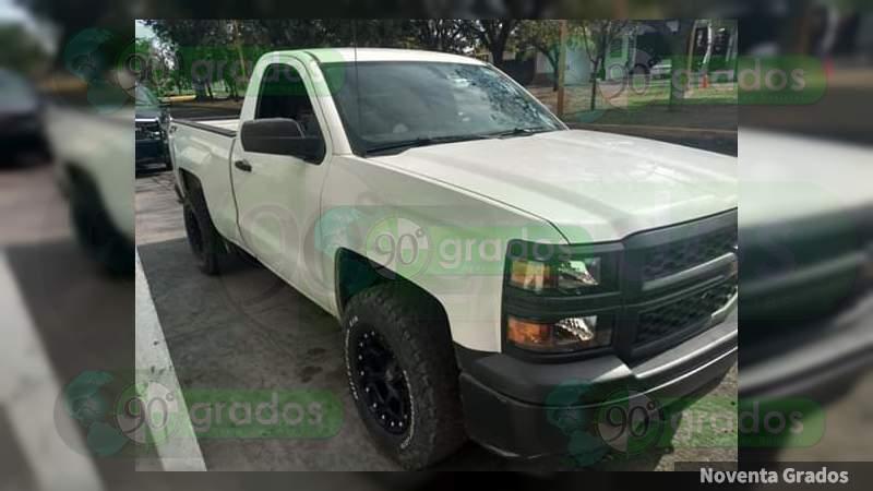 Detienen a dos sujetos a bordo de una camioneta robada, en Apatzingán